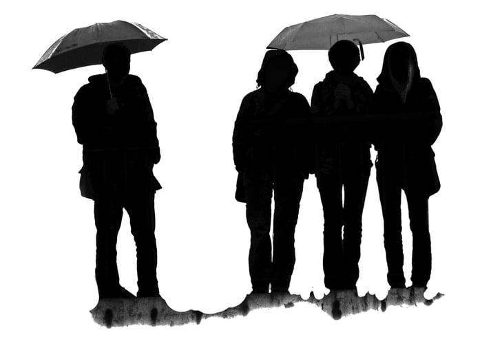 Pessoas com escovas de guarda-chuvas